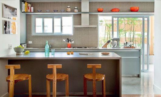 decoração de cozinha americana com prateleira