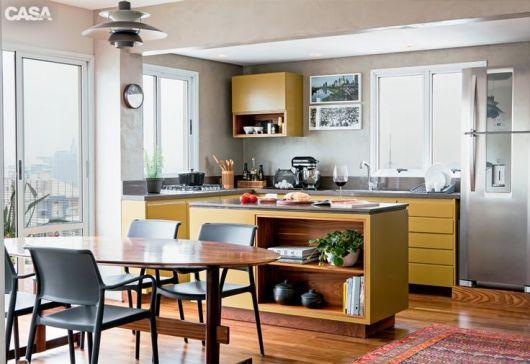 decoração de cozinha americana prateleira na bancada