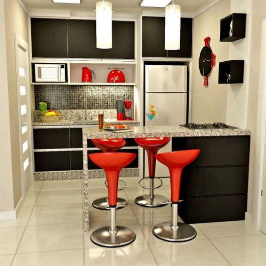 decoração de cozinha americana pequena banqueta vermelha