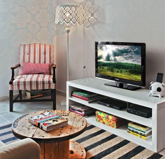 sala simples com tapete estampado