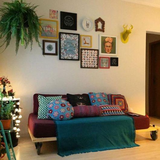 sala simples com sofá de palete