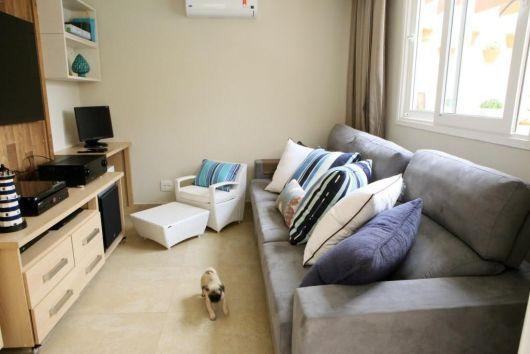 sala simples com sofá cinza bonito