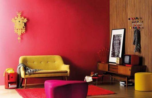 sala simples parede vermelha
