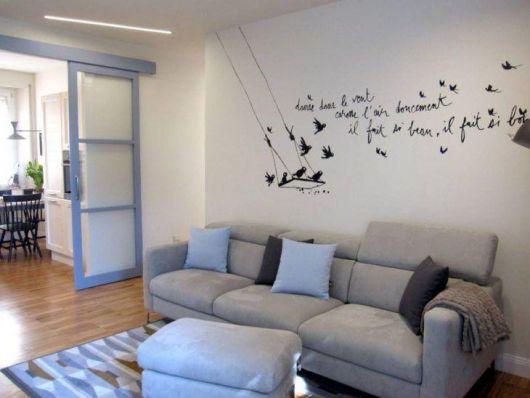 sala simples com sofá cinza confortável
