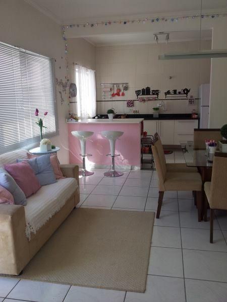 sala simples com cozinha americana rosa