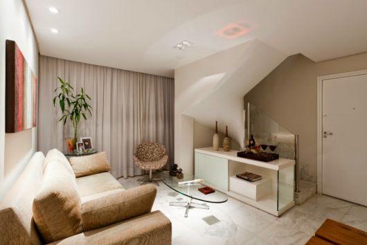 sala simples e barata com escada