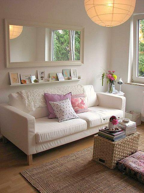 sala simples com espelho branco