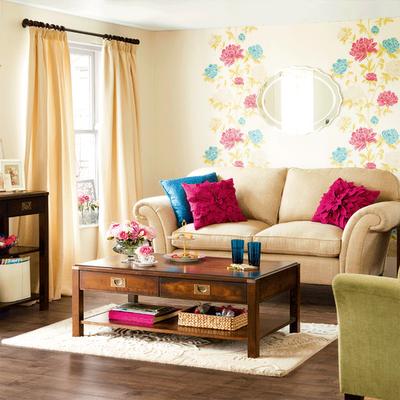 sala simples com papel de parede floral