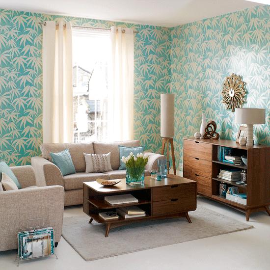 sala simples com papel de parede azul