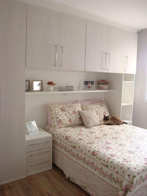 Quarto com móveis planejados na cor clara.