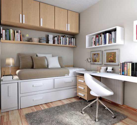 Quarto pequeno com armário e escrivaninha embutidos.