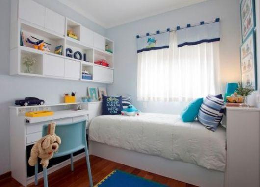Quarto planejado com móveis na cor branca.