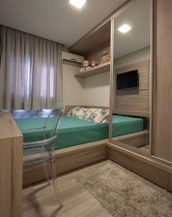 Móveis planejados com armário espelhado.