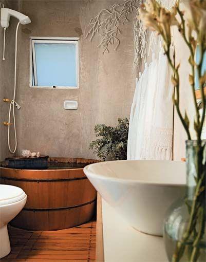 banheiro com parede de cimento queimado