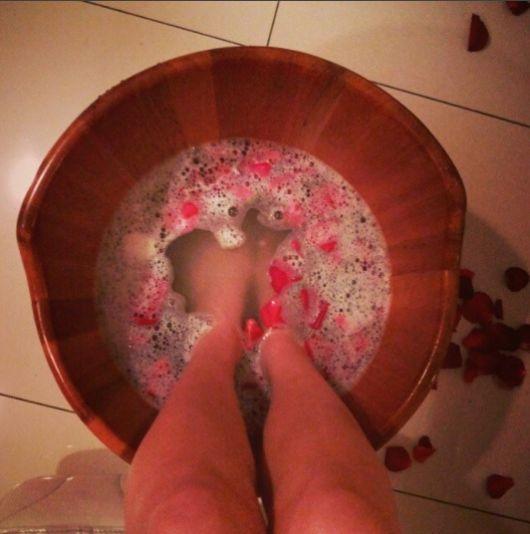 ofurô para pés com pétalas de flor