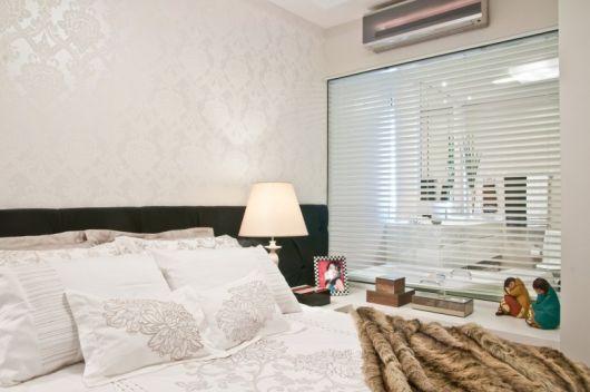 papel de parede arabesco branco no quarto