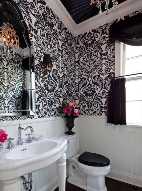 papel de parede arabesco preto no banheiro