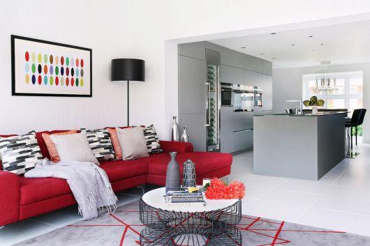 sofá vermelho de canto com almofada