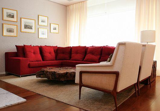 sofá vermelho na sala