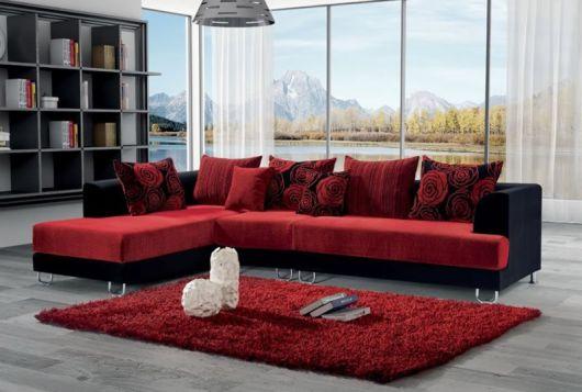 sofá vermelho com almofada vermelha