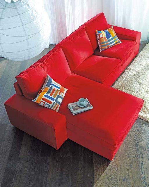 sofá vermelho na sala 3 lugares