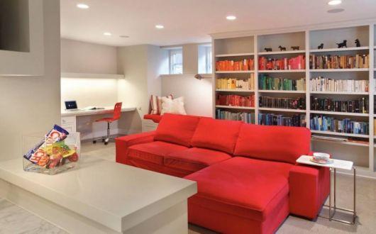 sofá vermelho retratil na sala