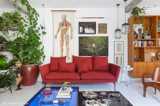 sofá vermelho estiloso e pequeno