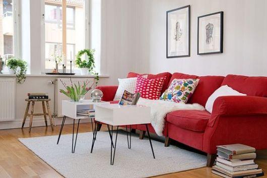sofá vermelho com três lugares
