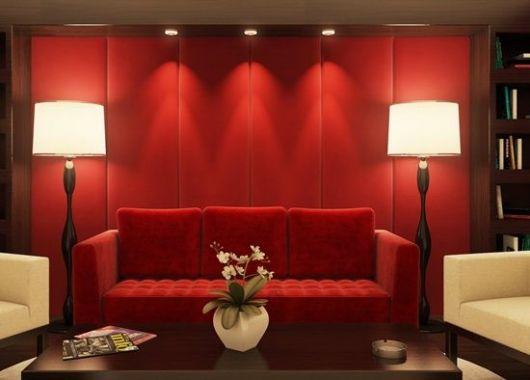 sofá vermelho e parede vermelha