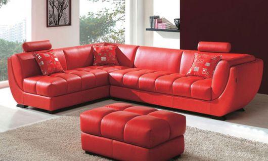 sofá vermelho de couro