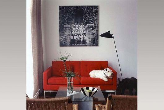 sofá vermelho pequeno