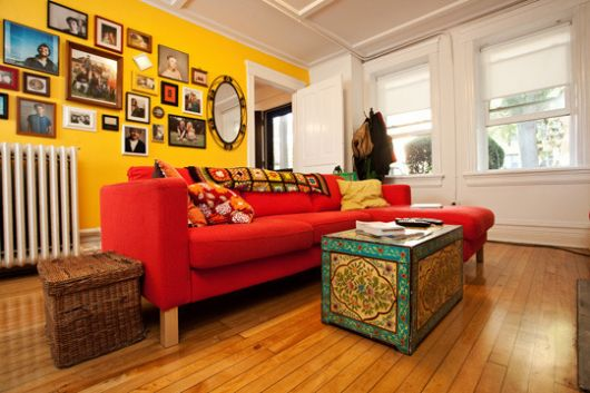 sofá vermelho decorado com almofadas