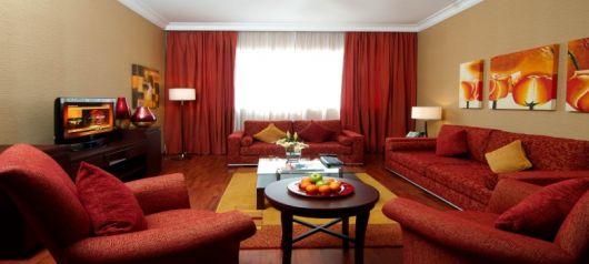 sofá vermelho cortina vermelha