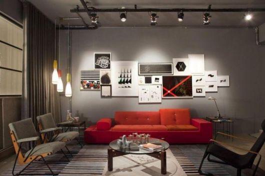 sofá vermelho parede cinza