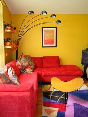 sofá vermelho parede amarela