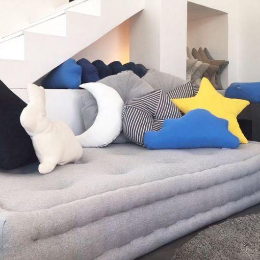 sofá futon com almofadas