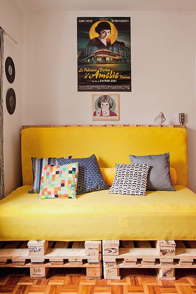 sofá futon amarelo
