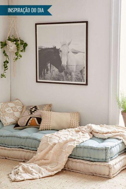 sofá futon azul bebê