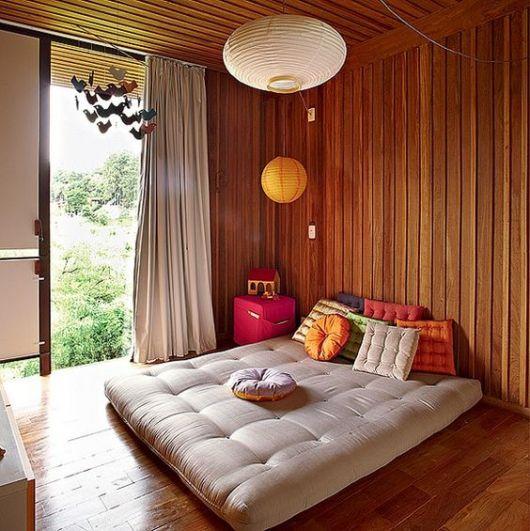 sofá futon em deck de madeira