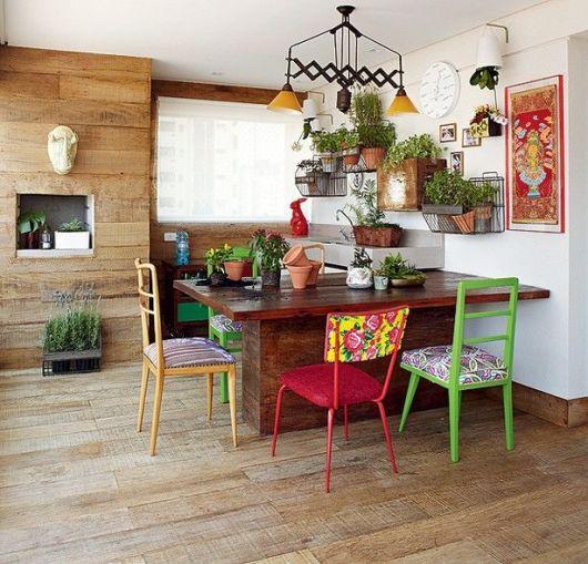 varanda de madeira rústica colorida