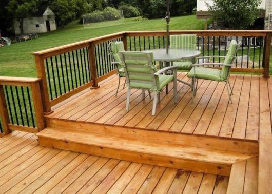 varanda de madeira conjunto de cadeiras verdes