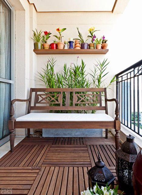 varanda de madeira com jardim vertical