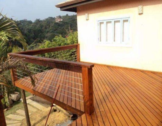 varanda de madeira suspensa de casa