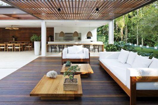 varanda de madeira com mesa