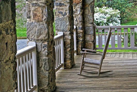 varanda de madeira com cadeira de balanço