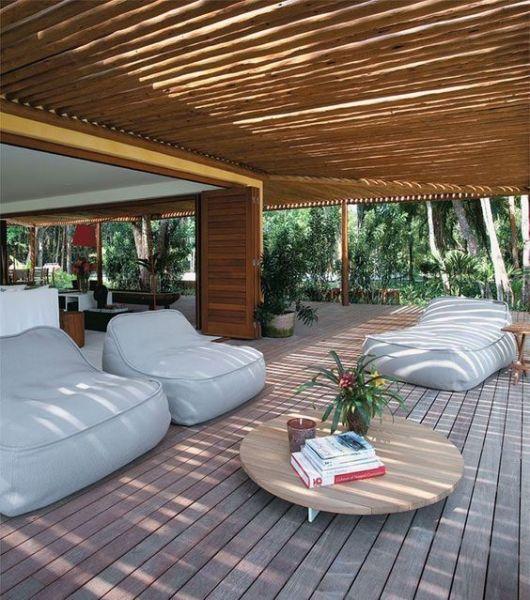 varanda de madeira poltronas brancas