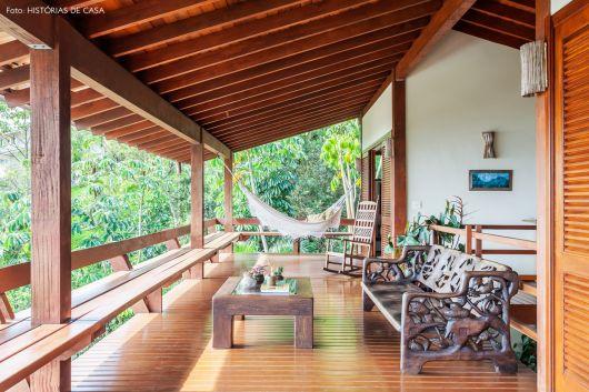 varanda de madeira rústica e suspensa