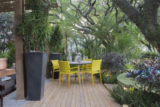 varanda de madeira com jardim