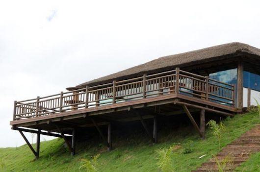 casa com varanda de madeira suspensa no campo