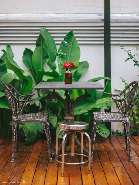 varanda de madeira mesa simples